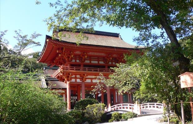 ศาลเจ้าคะโมะ (Kamo Shrine) หรือศาลเจ้าคะมิกะโมะ (Kamigamo Shrine)